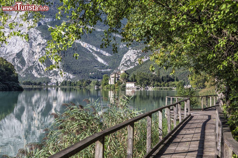 Una passarella di legno sul lago toblino vicino foto for Casetta sul lago catskills ny