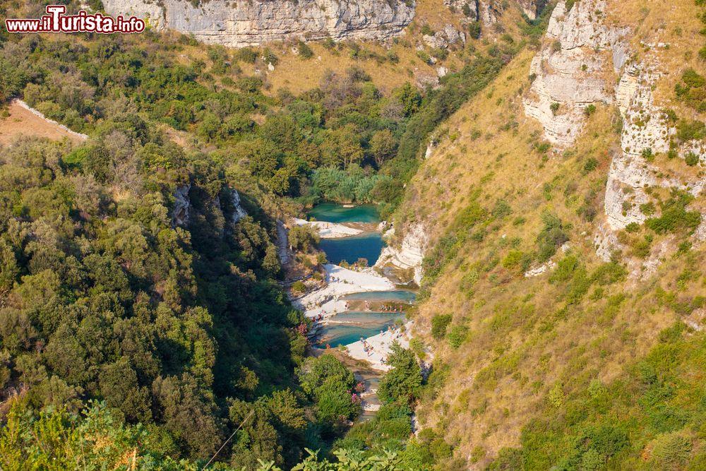 Una veduta dei laghetti di cavagrande a avola foto for Immagini di laghetti