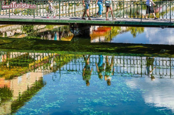 il riflesso dei passanti sulle acque di un canale foto l 39 isle sur la sorgue. Black Bedroom Furniture Sets. Home Design Ideas