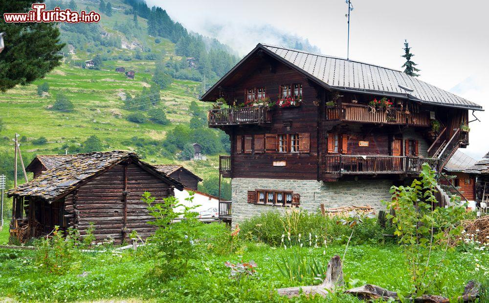 Vecchie case in legno e pietra a evolene svizzera for Case legno e pietra
