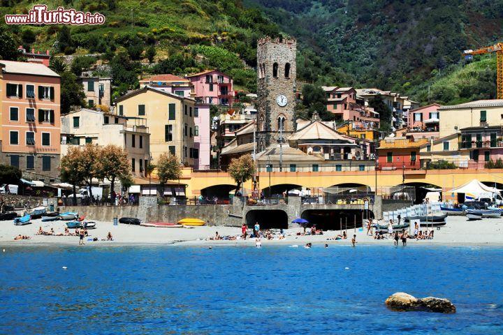 Veduta di monterosso al mare liguria la spiaggia foto monterosso al mare - Cinque terre dove fare il bagno ...