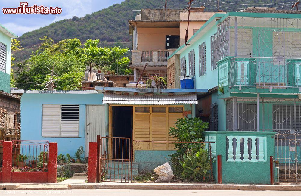 Veduta di una strada con case dalle facciate foto - Facciate di case colorate ...