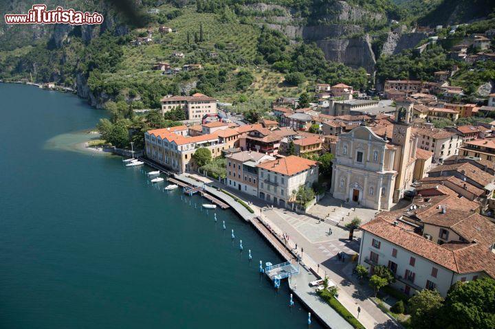 Vista aerea della cittadina di marone in splendida for Casetta sul lago catskills ny