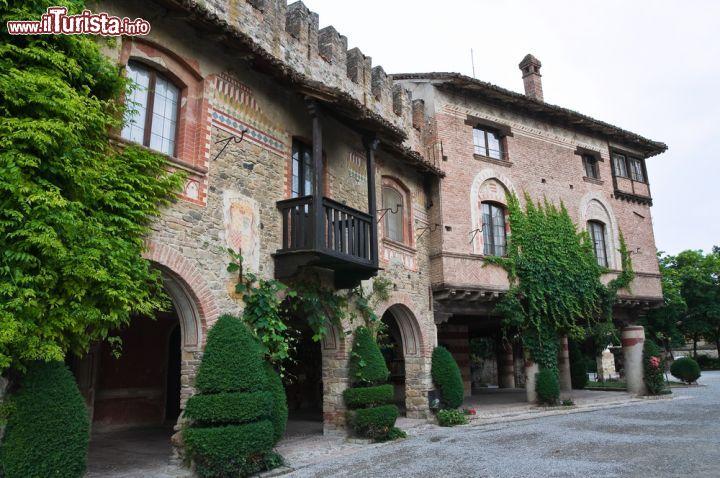 Scorcio panoramico su strada e portici di grazzano for Case in vendita castelli romani