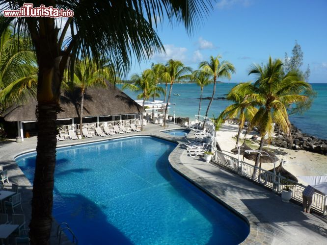 Vista sulla piscina di un hotel di lusso a belle for Hotel di lusso italia