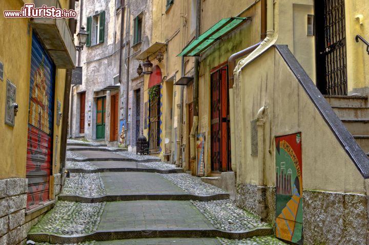 """Immagine Le pittoresce stradine della Pigna, la città vecchia di Sanremo - """"La Pigna"""" è il curioso nome con cui viene abitualmente chiamato il centro storico di Sanremo, un pittoresco susseguirsi di scalinate, cortiletti e fontane. Un caleidoscopio di colori e architetture medievali che rendono questo centro storico, uno dei più belli e caratteristici della Liguria.- © Joana Kruse / Shutterstock.com"""