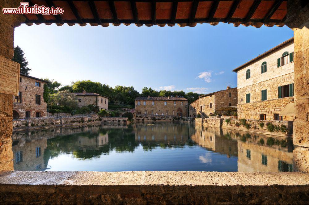 Il portico e il lago termale in centro a bagno foto - Bagno vignoni mappa ...