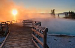 Alba nello Yellowstone National Park: passerella ...