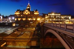 Edimburgo by night: la capitale della Scozia ...