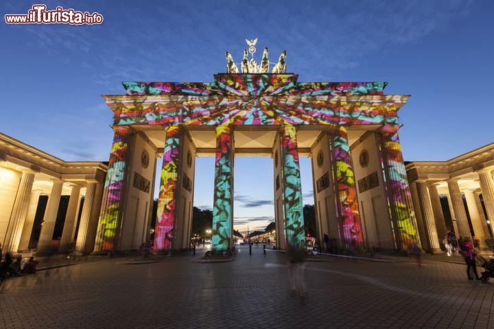 La porta di brandeburgo illuminata durante il foto - Berlino porta di brandeburgo ...
