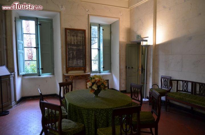 Una delle sale da pranzo nei tre piani di casa foto for Foto di case a tre piani