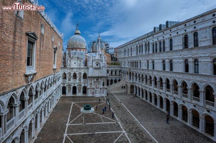 Piano Terracotta Marmo Venezia : Cortile interno del palazzo ducale di venezia foto