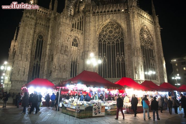 il mercatino di natale sotto al duomo di milano foto