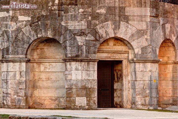 Dettaglio dell 39 architettura del mausoleo foto for Cabine di roccia bianca