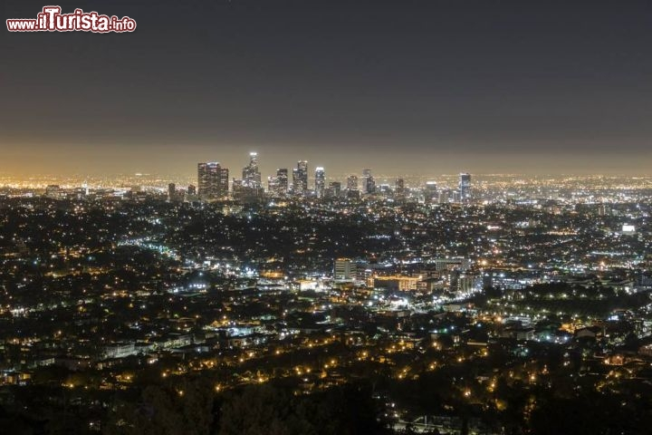 Immagine Panorama notturno di Hollywood e Los Angeles fotografato dal Griffith Park - © trekandshoot / Shutterstock.com