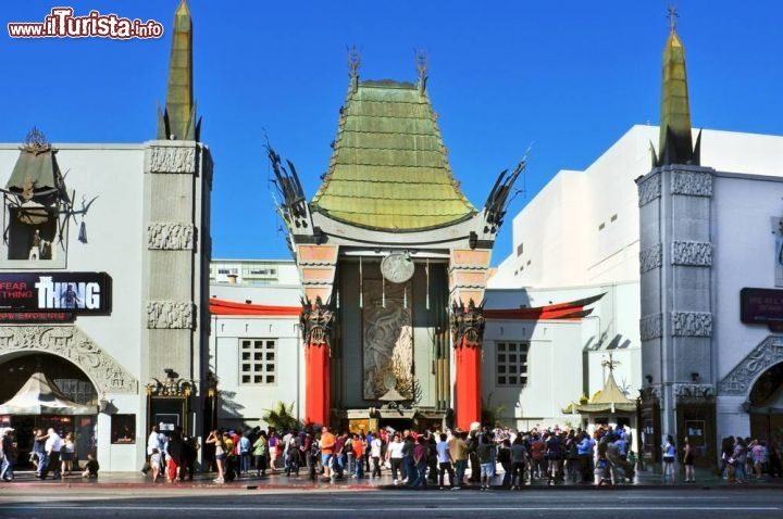 Immagine il famoso Grauman's Chinese Theater (TCL) a Hollywood lungo la Walk of Fame - © nito / Shutterstock.com