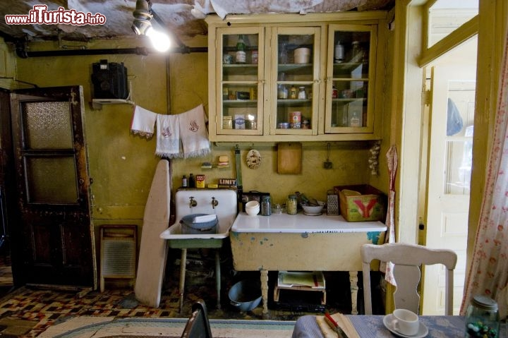 Immagine La fedelere ricsotruzione della cucina della famiglia di immigrati italiani Baldizzi, nel Tenement Museum di New York City - © Keiko Niwa / tenement.org