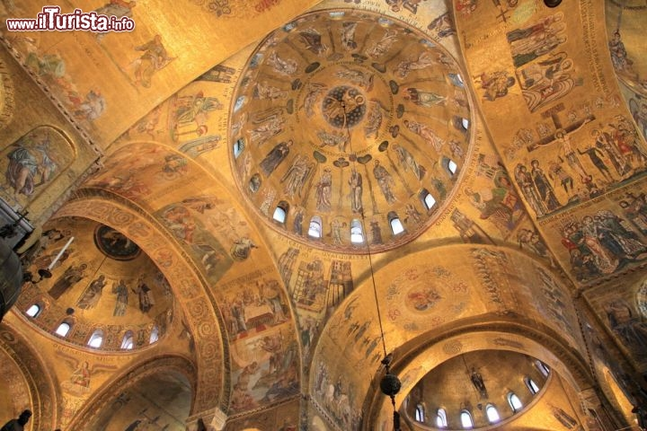La Volta Dorata Dell 39 Interno Della Basilica Foto