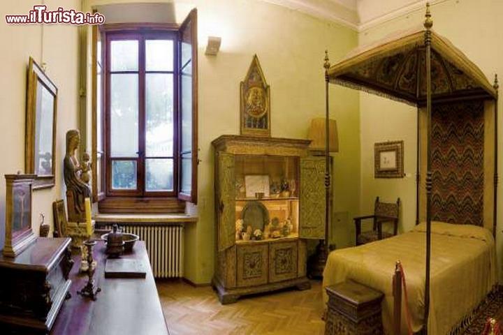 Camera con letto a baldacchino ci troviamo all 39 interno for Casa della piastrella firenze