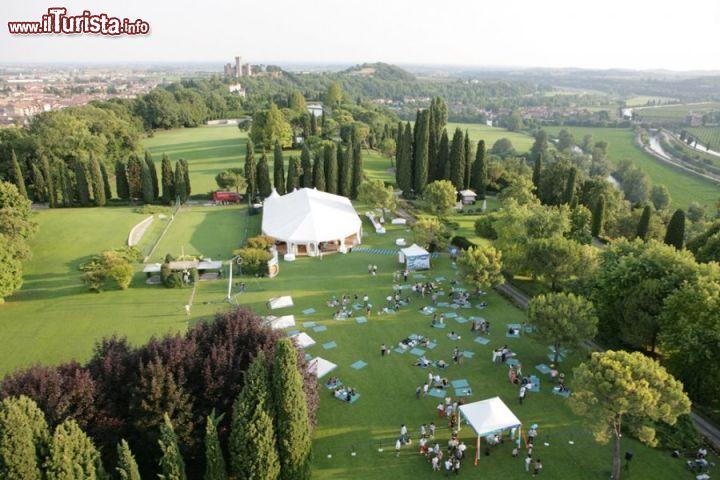 Una vista d 39 insieme dall 39 alto il parco foto valeggio sul mincio parco giardino sigurt - Parco giardino sigurta valeggio sul mincio vr ...