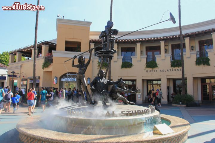 Immagine Hollywood, California: una fontana a tema cinema all'interno degli Universal Studios a Los Angeles- © Supannee Hickman / Shutterstock.com