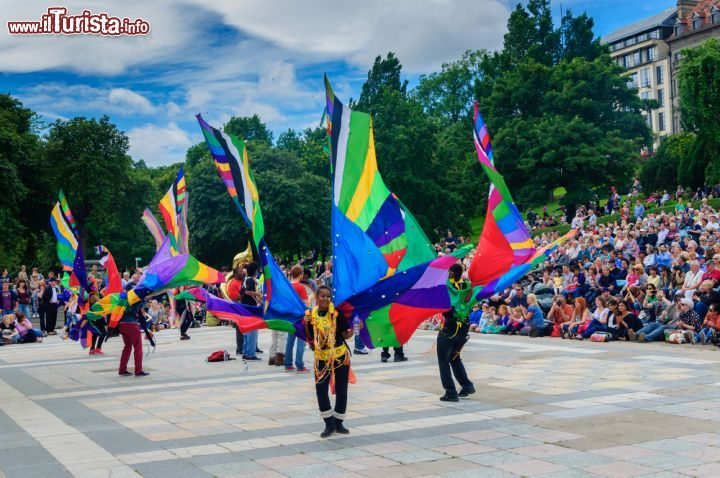Immagine Carnevale ai Princes Street Gardens, Edimburgo - Pubblico delle grandi occasioni ai famosi giardini cittadini per la tradizionale parata di carnevale in occasione dell'Edinburgh Jazz and Blues Festival - © Skully / Shutterstock.com