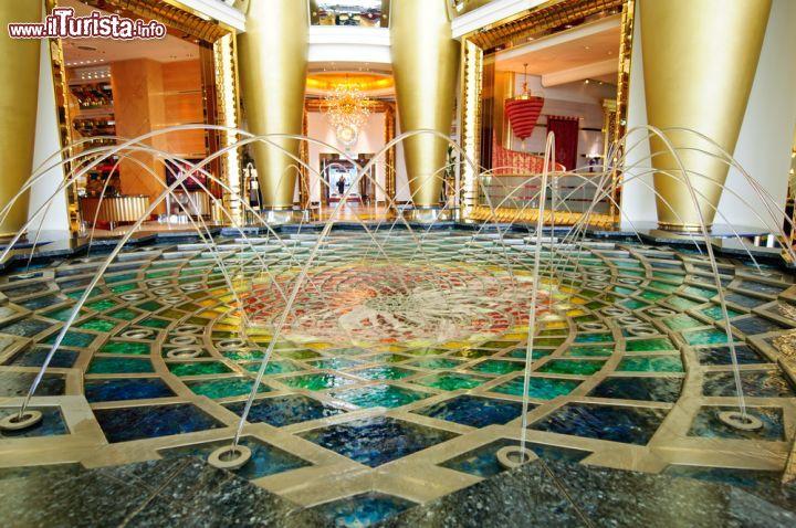 Hall Principale Del Burj Al Arab A Dubai Uno Foto
