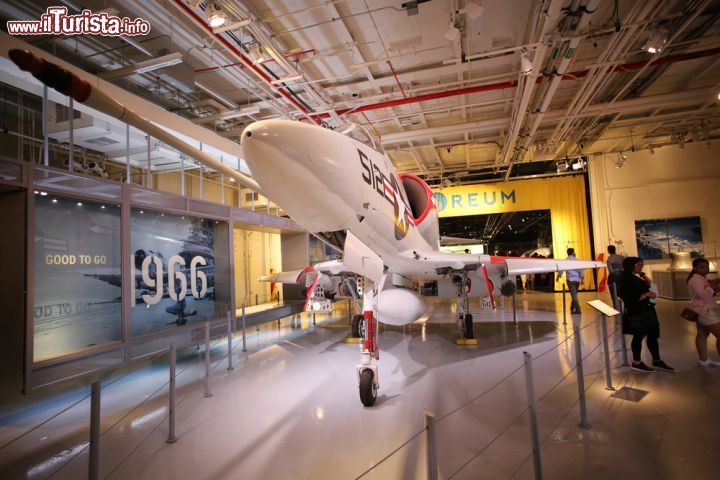 Immagine Un aereo A4 Skyhawk esposto in un hangar dell'Intrepid Sea, Air and Space Museum a New York City, USA- © a katz / Shutterstock.com