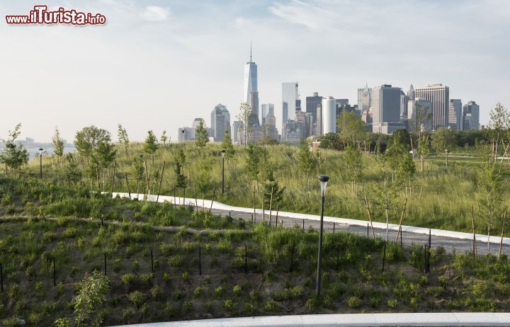 Immagine La skyline di Manhattan con i suoi famosi grattacieli compare all'orizzonte salendo su The Hills, le colline artificiali inaugurate nel 2016 a Governors Island - foto © Timothy Schenck