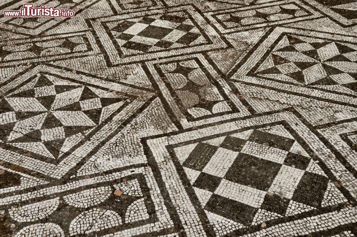 Le geometrie di un pavimento a mosaico bene conservato for Pavimento con mosaico