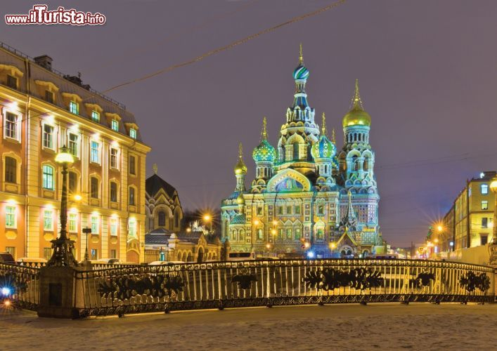 La neve e la chiesa del sangue versato sono due foto - San pietroburgo russia luoghi di interesse ...