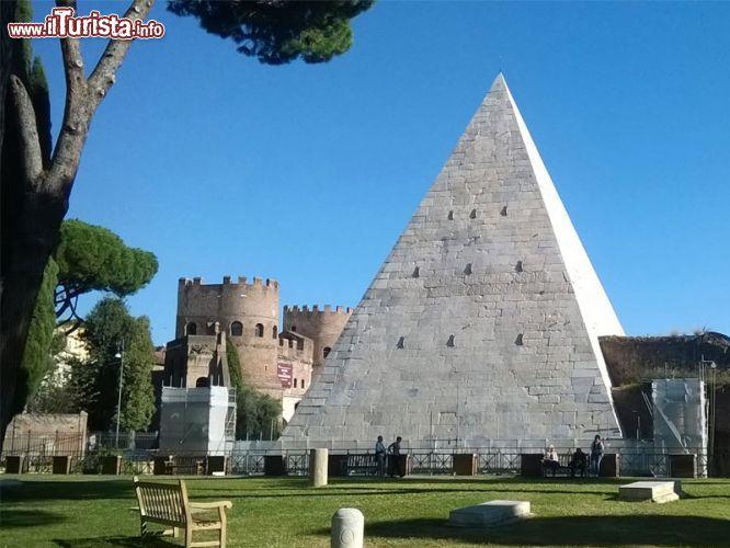 Cosa vedere e cosa visitare Piramide Cestia