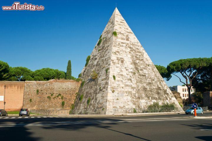 Un tratto delle mura aureliane e la piramide foto - Ugc porta di roma programmazione ...