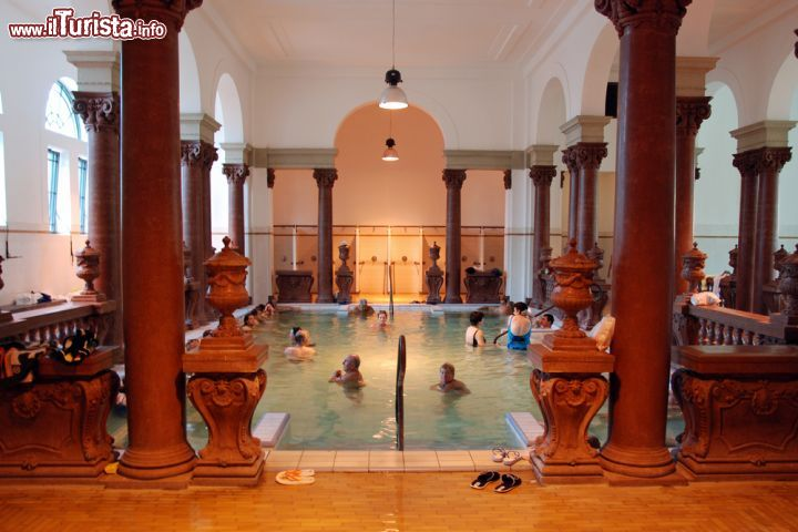 immagine piscina medicale allinterno dei bagni di szechenyi a budapest vacclav