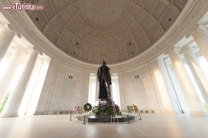 Immagine Un'immagine del Jefferson Memorial di Washington DC visto dall'interno, con la caratteristica cupola ispirata al Pantheon di Roma -  foto © f11photo / Shutterstock.com