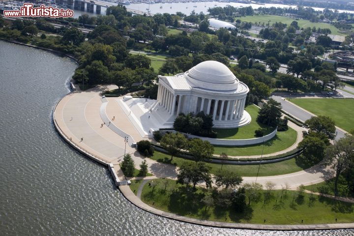 Immagine Un'immagine panoramica del Jefferson Memorial (Washington DC) dall'alto, dove si possono distinguere le acque del lago artificiale Tidal Basil e, in lontananza, quelle del Washington Channel.