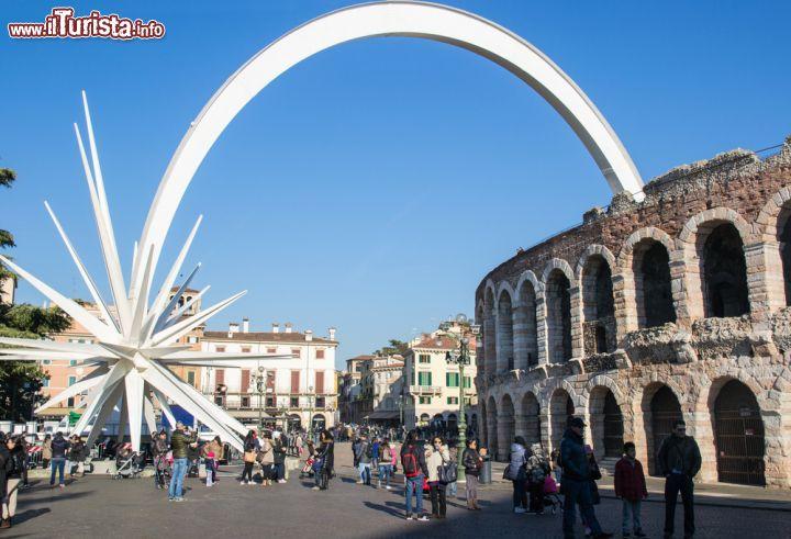 Verona Stella Di Natale.L Arena Di Verona A Natale Con La Grande Foto Verona Arena