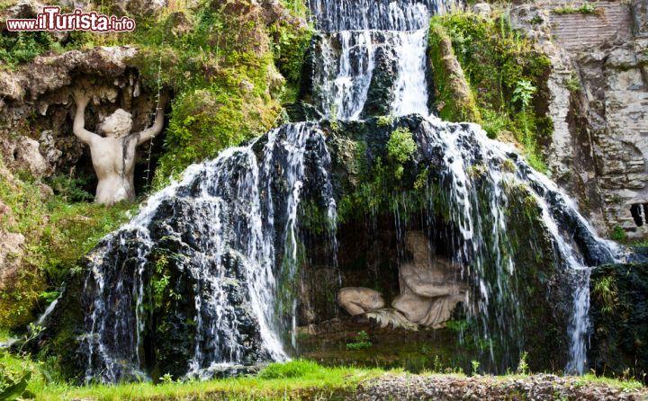 Cascata all 39 interno del giardino di villa foto for Cascata da interno