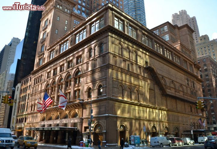Immagine L'edificio della Carnegie Hall, datato 1891, si trova lungo la Seventh Avenue di Midtown Manhattan, a New York City - © Victoria Lipov / Shutterstock.com