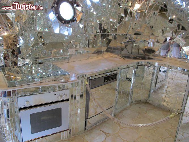 La cucina ricavata all 39 interno della statua foto capalbio il giardino dei tarocchi - Capalbio giardino dei tarocchi ...