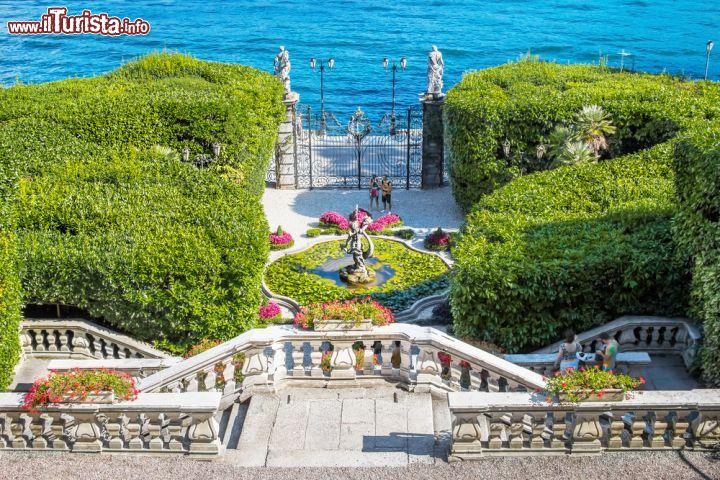 La scalinata che scende al giardino dalle cinque for Casetta sul lago catskills ny