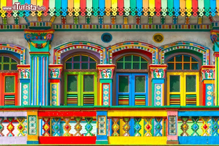Immagine Un edificio spettacolare a Little India il quartiere indiano di Singapore, famoso per le sue case colorate - © Luciano Mortula / Shutterstock.com