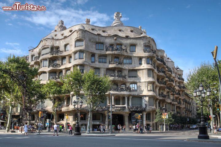 Casa mil a eixample barcellona spagna foto for Appartamenti eixample barcellona