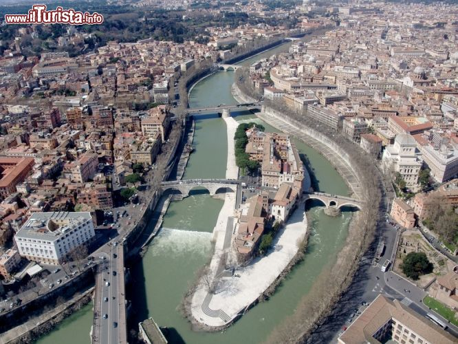 Immagine Vista aerea dell'Isola Tiberina in centro a Roma. Si tratta dell'unica isola del fiume all'interno del perimetro dell'Urbe - © SF photo / Shutterstock.com