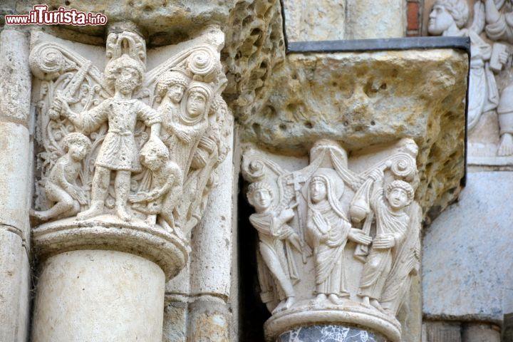 Ii particolare di alcuni capitelli delle colonne - Simboli di immagini della francia ...