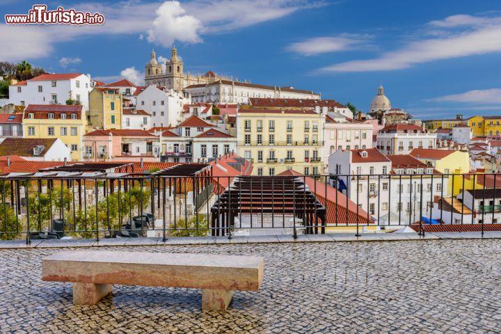 il quartiere alfama nel centro storico di lisbona