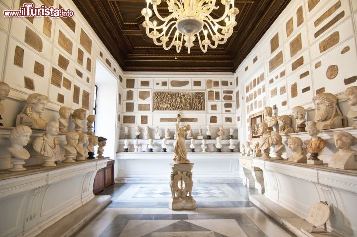 Immagine Inside one of the rooms of the Capitoline Museums in Rome, Italy The museum was opened to the public at the wish of Pope Clement XII in 1734.