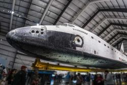 L'ultimo Space Shuttle che ha volato: la navicella Endeavour è ospitata in un hangar del California Science Center di Los Angeles