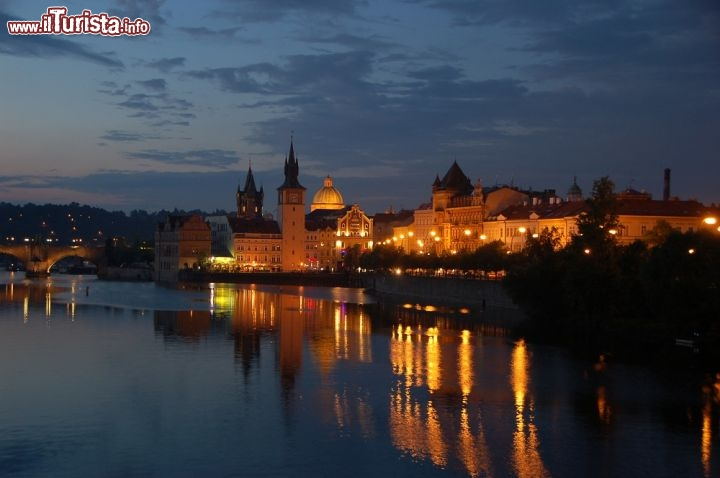 Praga by night, riflessi sulla Moldava