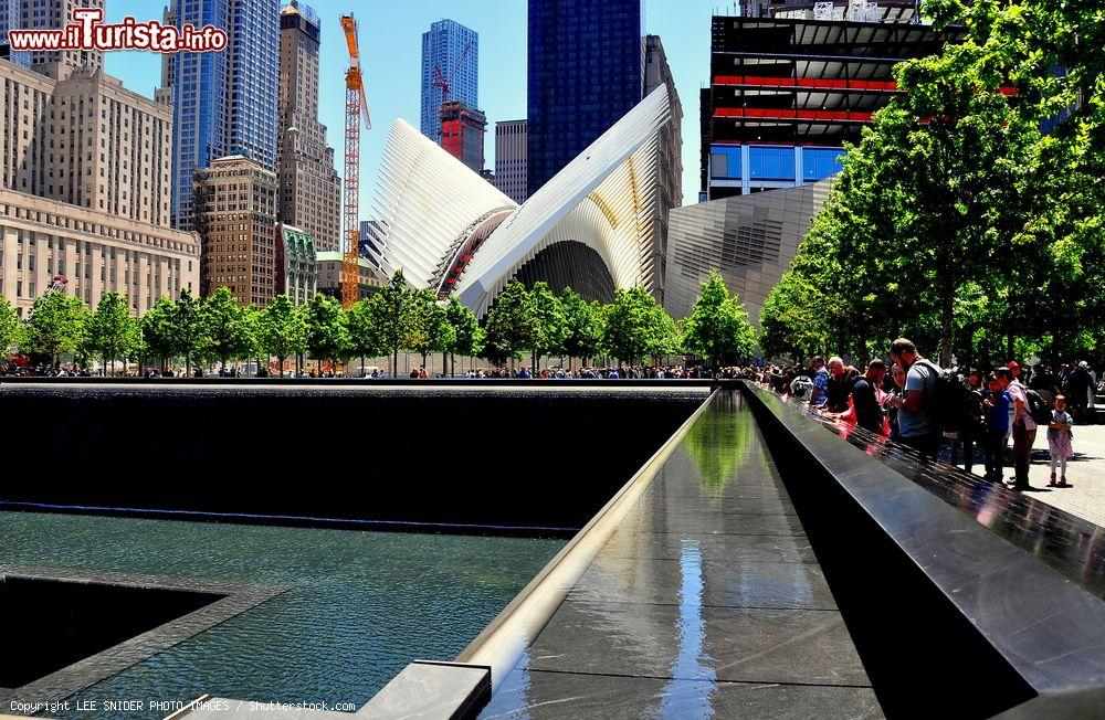 Immagine Il percorso di visita tra le due piscine del memoriale 11 settembre a New York CIty - © LEE SNIDER PHOTO IMAGES / Shutterstock.com